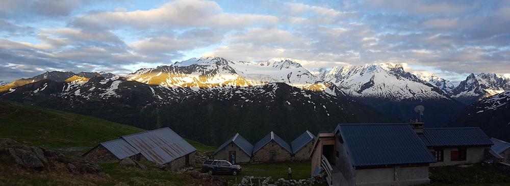 Première nuit au refuge de Loriaz pour les écovolontaires du CREA Mont-Blanc. Coucher de soleil sur le massif du Mont-Blanc