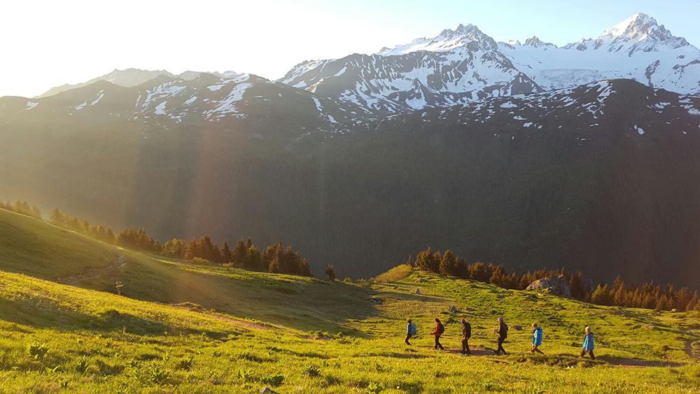 Retour au refuge pour les écovolontaires après une journée d'observations scientifiques près de Loriaz, Massif du Mont-Blanc © IAlvarez