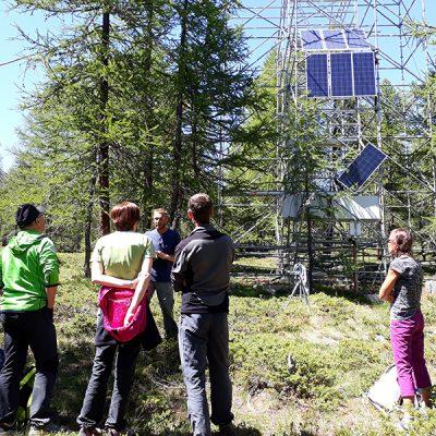 Suivi des forêts de mélèzes - Formation des Accompagnateurs en Moyenne Montagne à Torgnon (IT) sur le site de suivi du changement climatique de l'ARPA © CREA Mont-Blanc