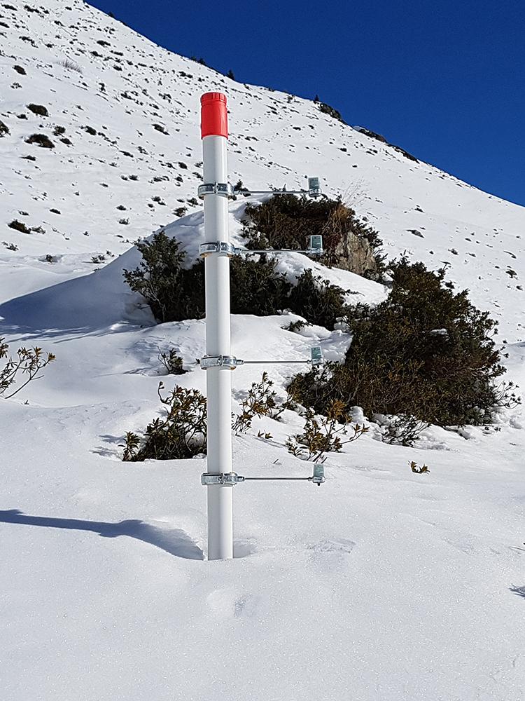 Le dispositif de mesure en partie sous la neige © CREA Mont-Blanc