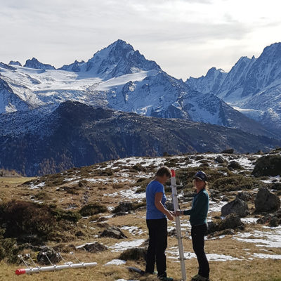 Installation et réglage du dispositif par Anne Delestrade et Hillary Gerardi © CREA Mont-Blanc