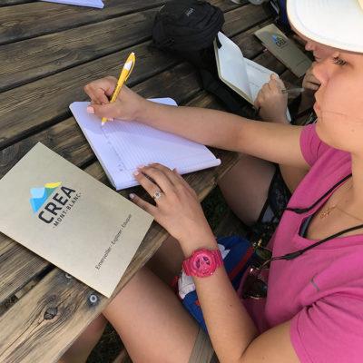Studieux, les étudiants de l'Université du Wyoming rédigent les questions auxquelles ils devront répondre à Loriaz © CREA Mont-Blanc